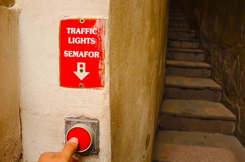 Чтобы пройти по улочке, надо нажать на кнопку светофора и ждать зеленого света.