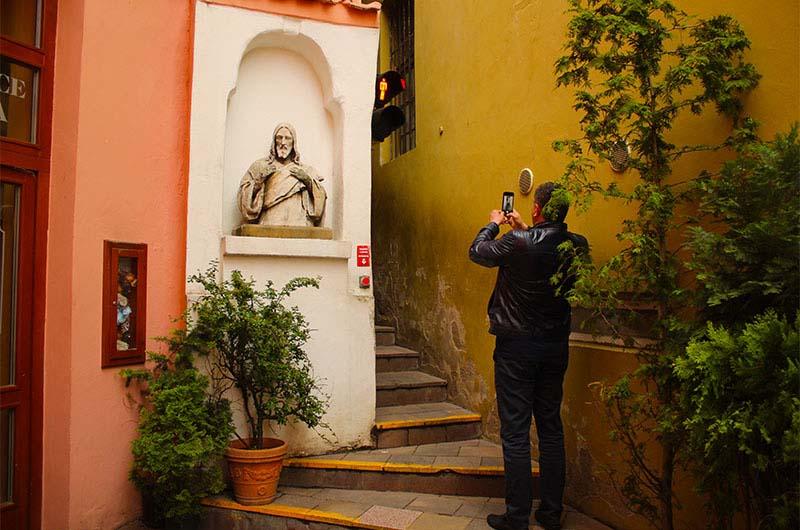 Здесь все туристы делают фотографии или снимают видео.