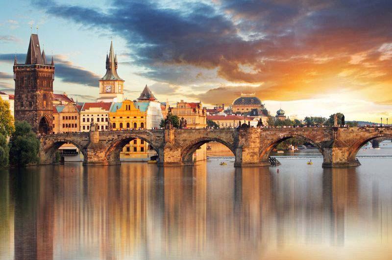 Вид на Карлов мост в Праге.