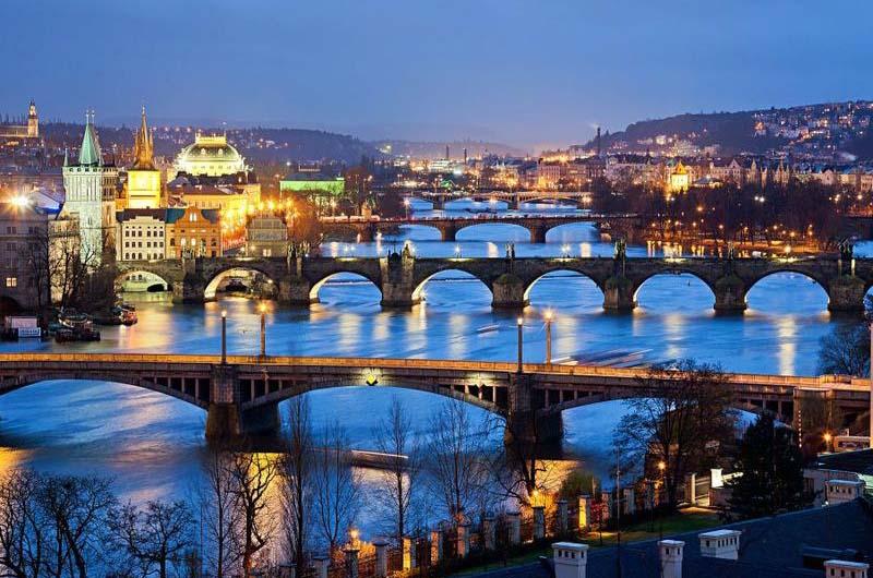 Мосты через Влтаву в свете ночных фонарей.