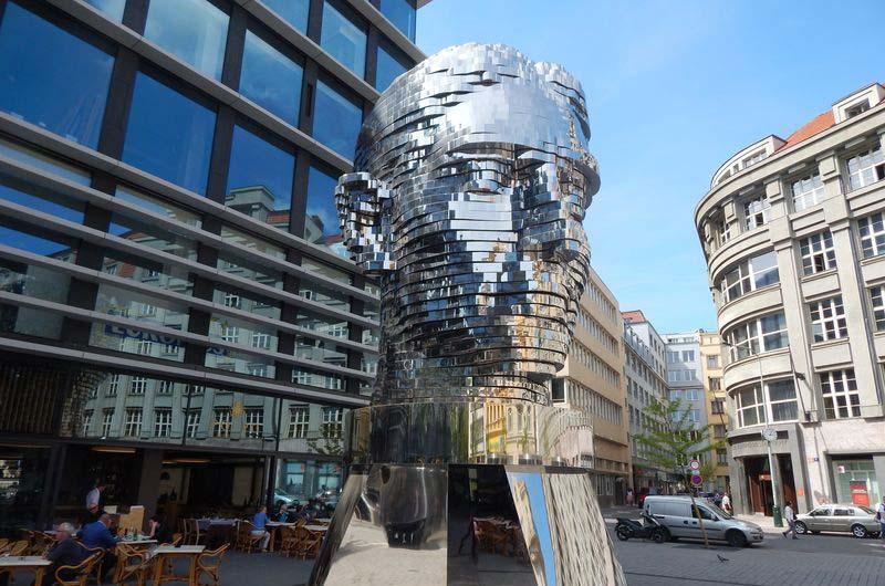 Голова Франца Кафки, созданная скульптором-провокатором Давидом Черны.