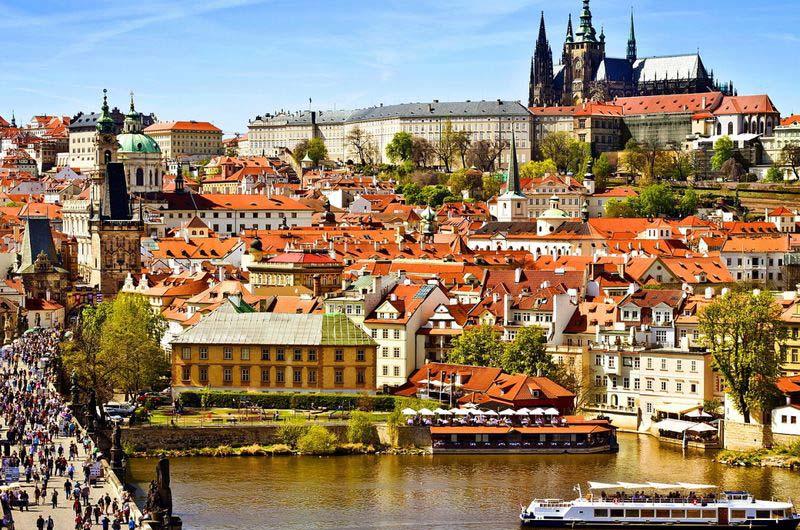 Вид на город и Карлов мост со смотровой площадки на Староместской башне.