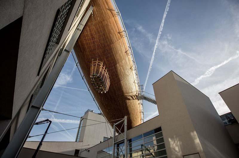 Галерея DOX и деревянный дирижабль в нём.