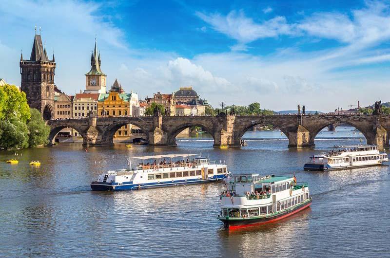 Во время теплоходной экскурсии по Влтаве можно проплыть под Карловым мостом и сделать красивые фото.