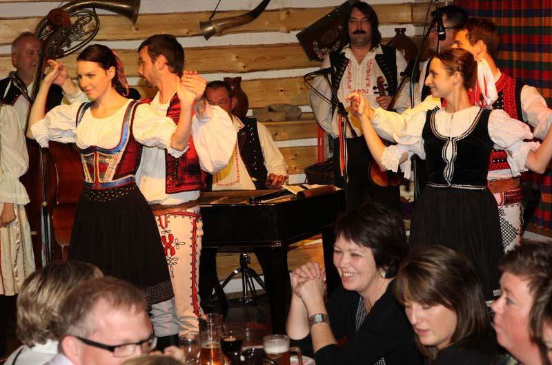 Вечер с танцами и фольклорными песнями.