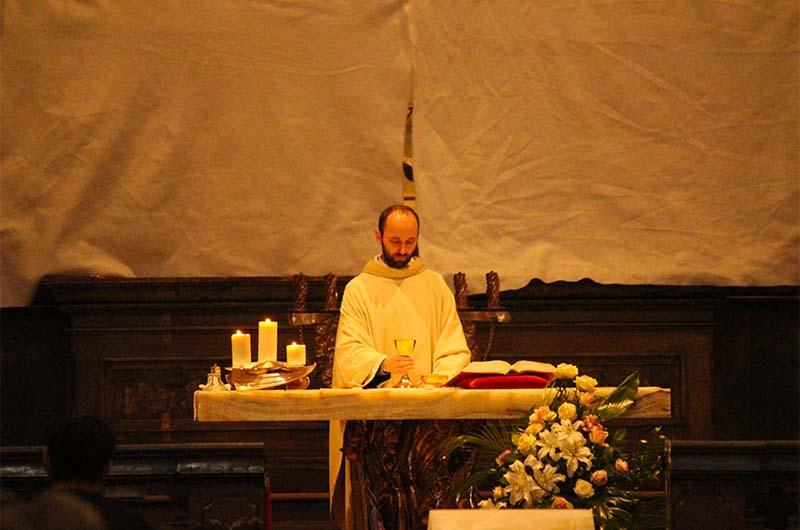 Служитель храма во время утренней мессы.