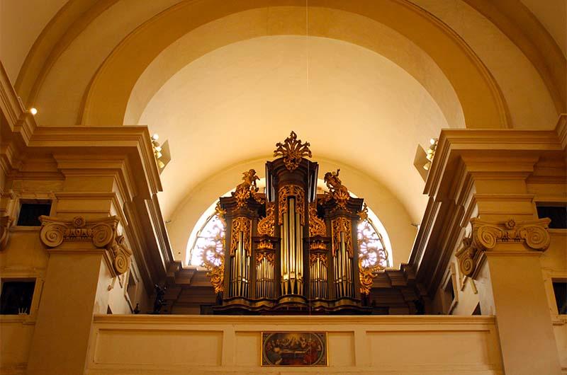 Орган в храме. Находится над входом.