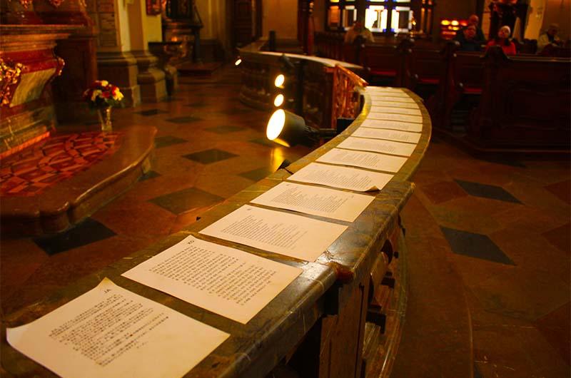 Листки с молитвами на разных языках перед алтарем Пражского Езулатки.