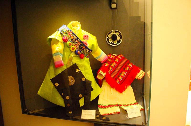 Одежда Езулатки, подаренная из Южной Кореи и Мексики.