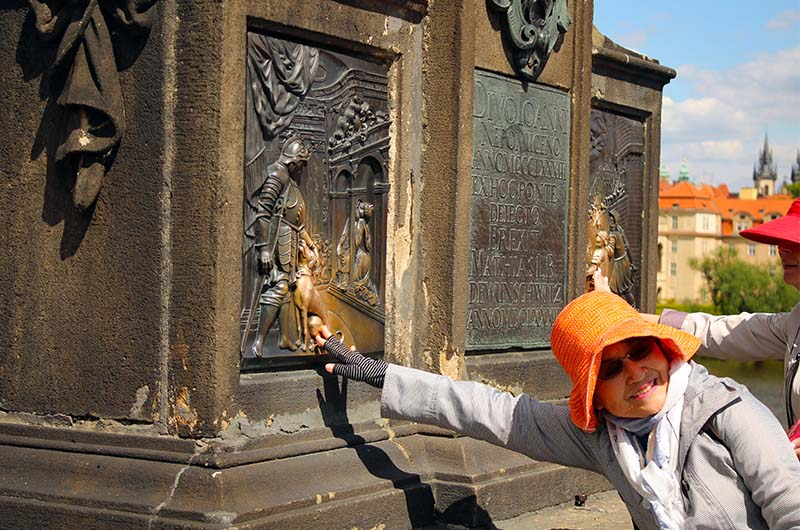 Второе место, где загадывают желание, - статуя Яна Непомуцкого.