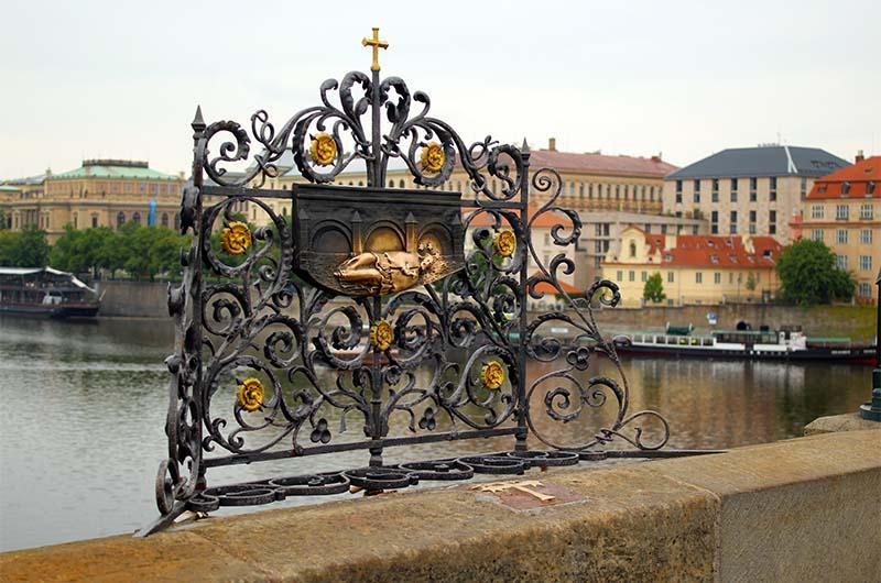 Место казни Яна Непомуцкого на Карловом мосту.