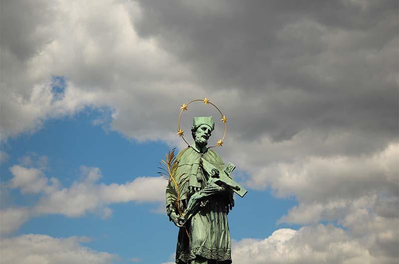Статуя Яну Непомуцкому – ещё одно место, где загадывают желания.