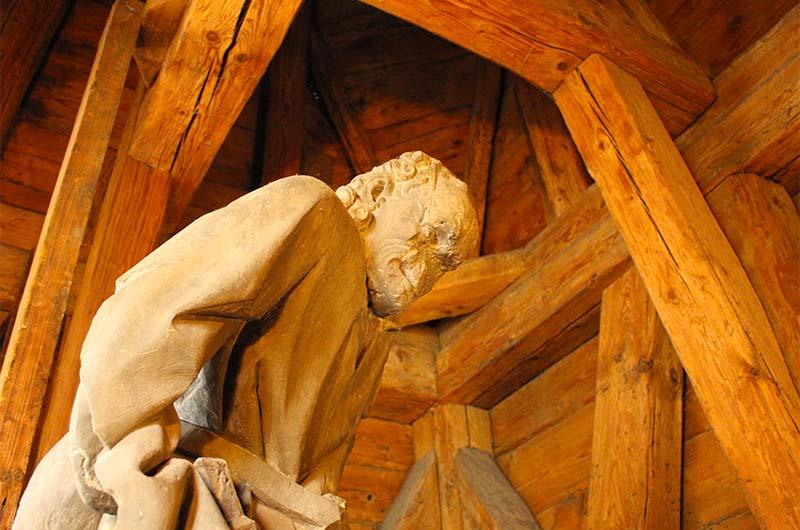 Скрытая статуя хранителя моста.