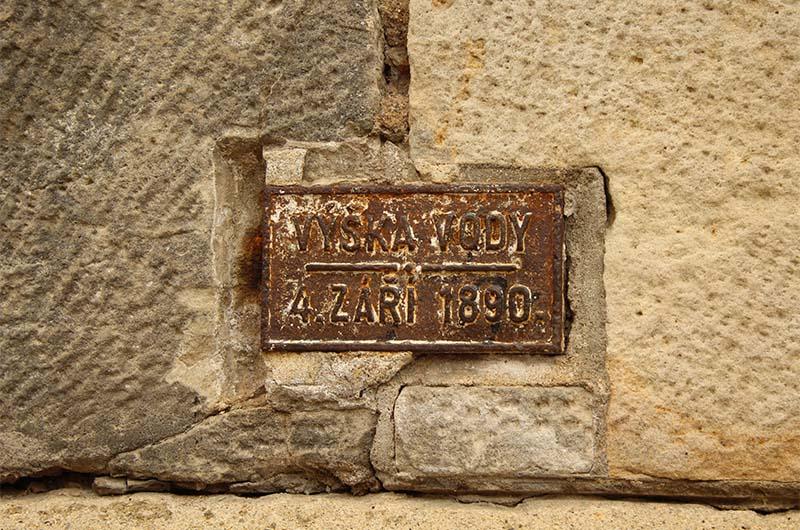 Отметка уровня воды при наводнении 1890 года на опоре Карлова моста.