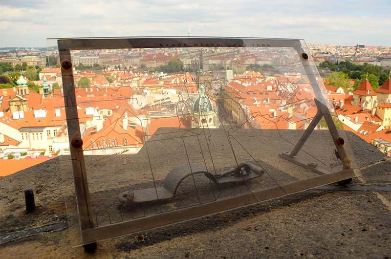 С каждой стороны смотровой площадки установлена вот такая панель, на которой написано, какие объекты города видны с этой точки обзора.
