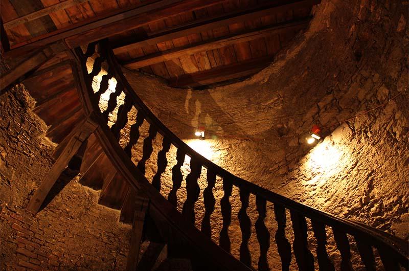 Лестница наверх колокольни. Сначала идут каменные ступени, а потом вот такая деревянная лестница.