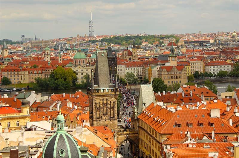 Вид с колокольни на Карлов мост. Хорошо видны Староместская и Малостранские башня.