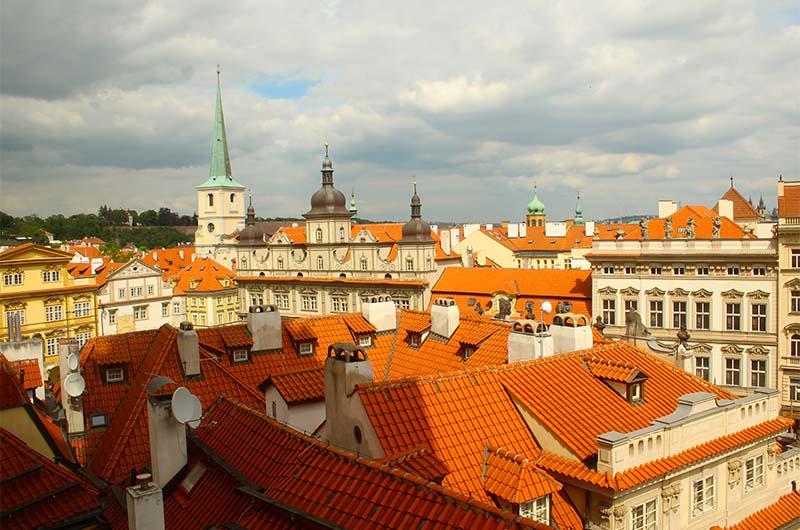 Вид на красные крыши Праги.