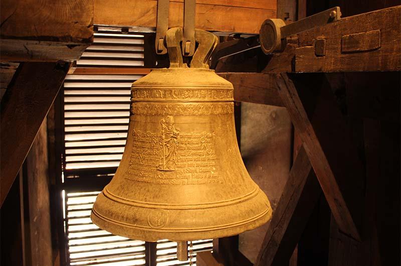 Единственный из четырех сохранившихся колоколов. Этот отлит в 1576 году.
