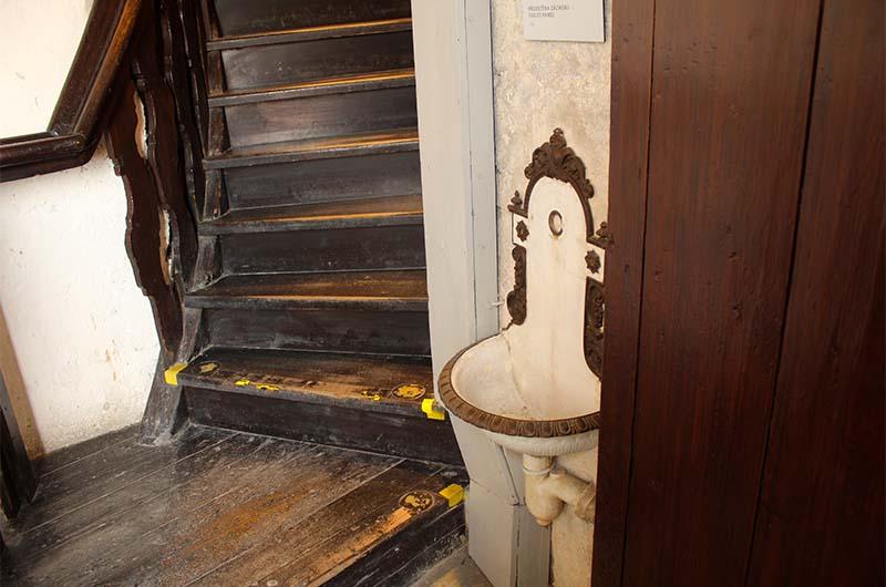 Достопримечательность, о которой пишут во всех путеводителях. Писсуар на лестнице в колокольне.