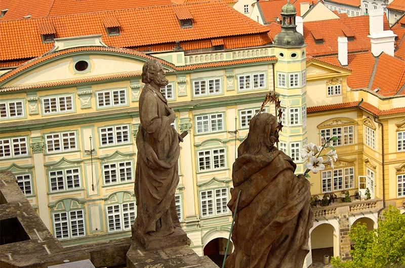 Статуи на костёле святого Николая. С колокольни их можно рассмотреть с неожиданной точки обзора.