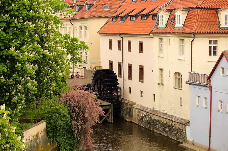 Вид на мост влюбленных с Карлова моста. Надо стоять между статуями №17 и №18.