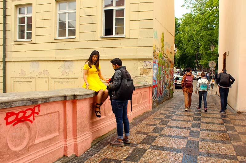 """Если вы стоите на мосту, то уже с него можете увидеть """"осколок стены Джона Леннона"""". До самой стены Леннона всего 60 метров."""