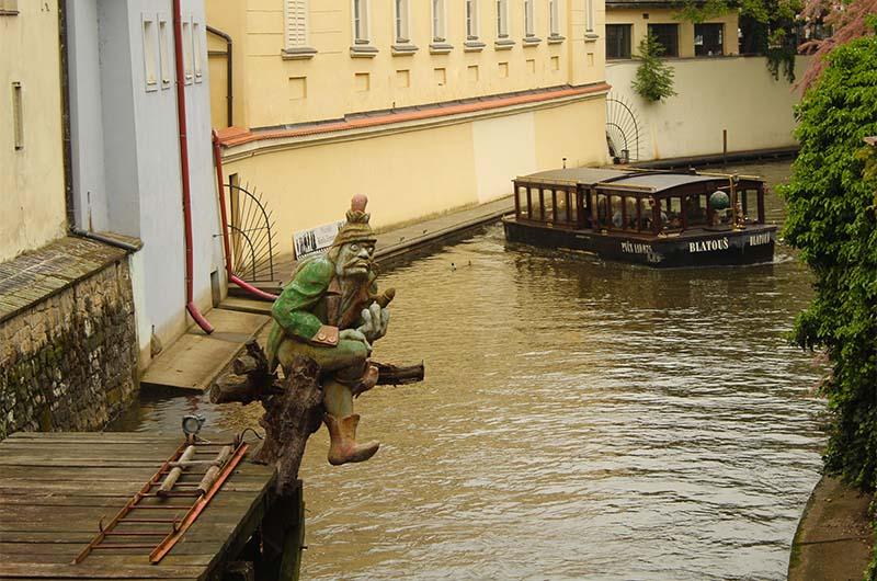 Водяной Кабурек рядом с мельничным колесом.