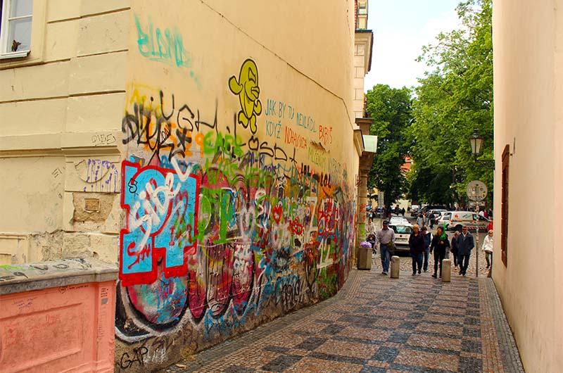 """""""Осколок стены Джона Леннона"""" рядом с  мостом."""