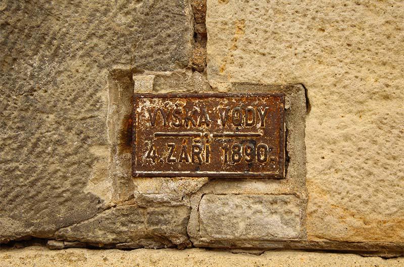Отметка уровня воды при наводнении в 1890 году.
