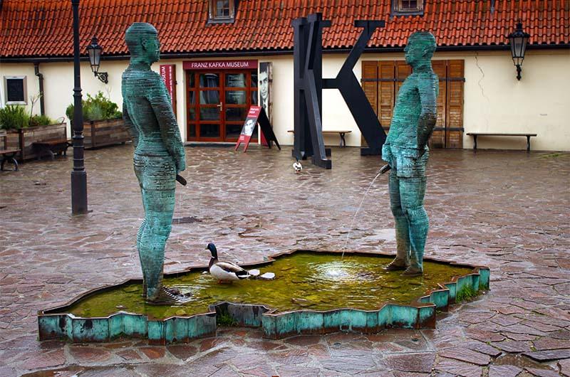 Хорошее место для фотографирования. Вид на главный ход в музей Франца Кафки.