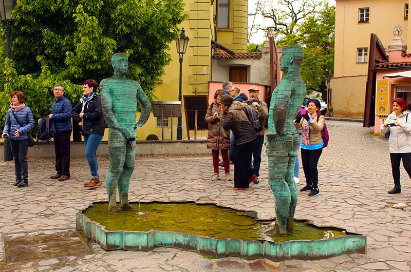 Туристы иногда смущаются, но активно фотографируют фонтан.