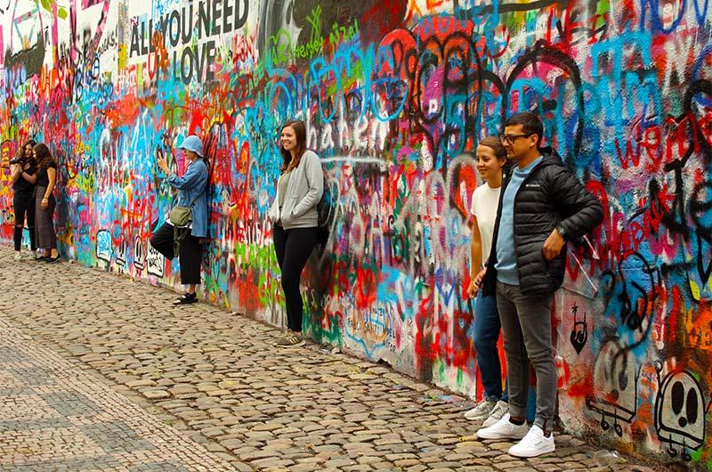У стены больше всего молодежи.