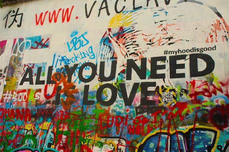"""Надпись на стене: """"Всё, что тебе нужно, - это любовь""""."""