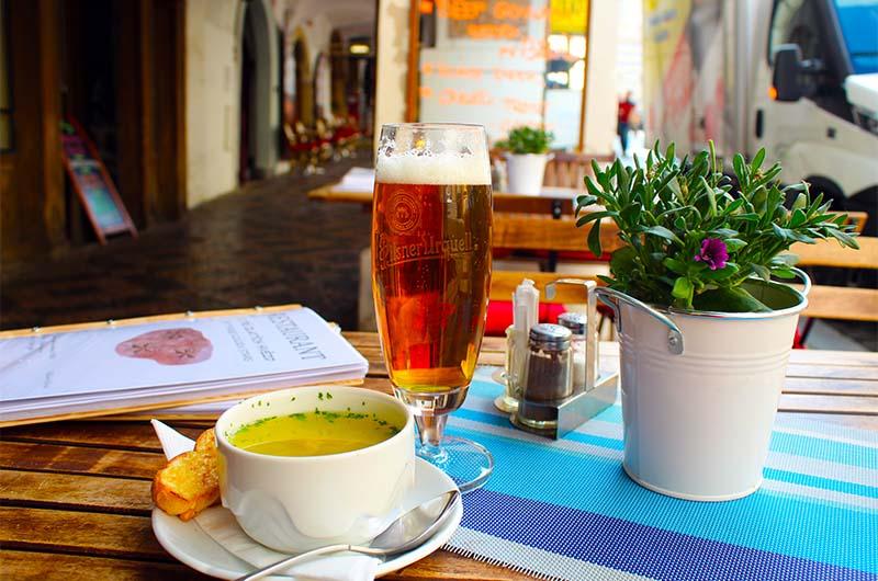Чесночный суп и пиво Pilsner Urquell в кафе около Малостранской площади.