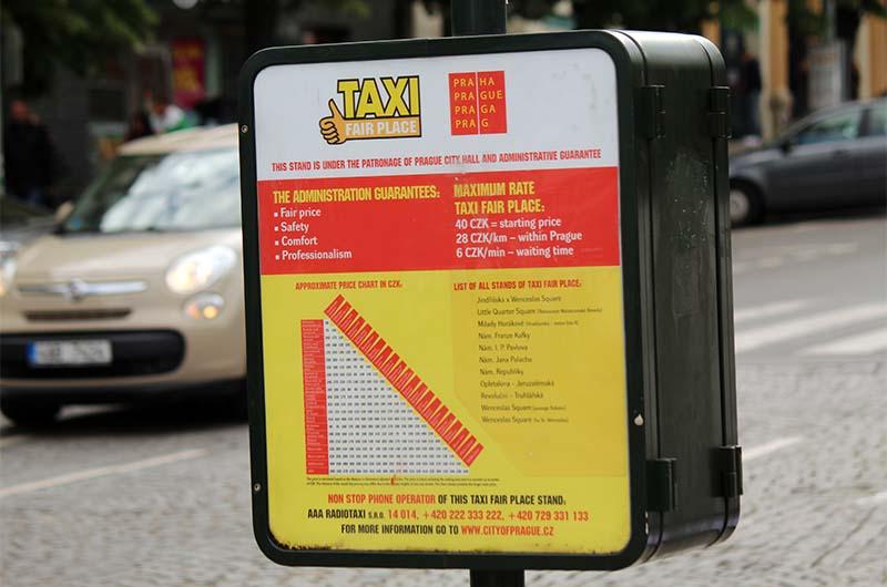 На стоянках такси иногда установлены стенды с информацией о тарификации проезда.