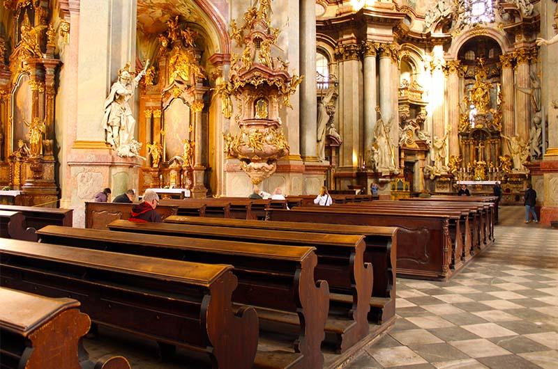 Это генуфлекторий. Так называют скамеечки для коленопреклонения в католических храмах. В воскресенье они заполнены, потому что костёл действующий.