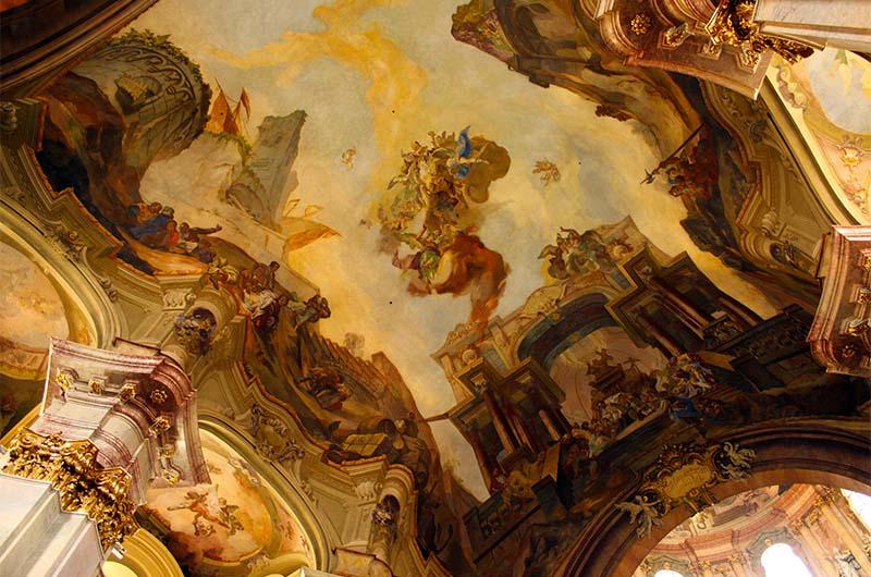 Главный свод костёла с фресками.