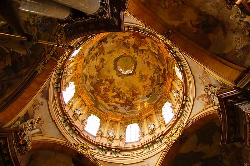 Центральный свод костёла с фресками.