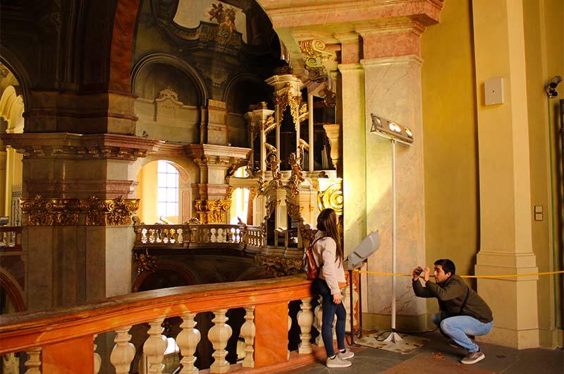 С галереи до органа ближе, хотя виден он тоже не очень хорошо, как хотелось бы.
