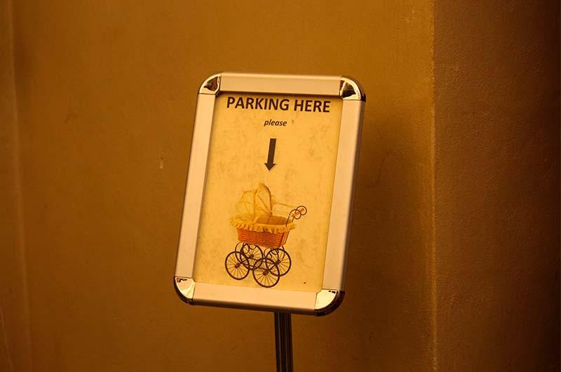 Когда будете подниматься на галерею, то увидите специальное место для детских колясок с забавной надписью: «Паркинг для колясок».