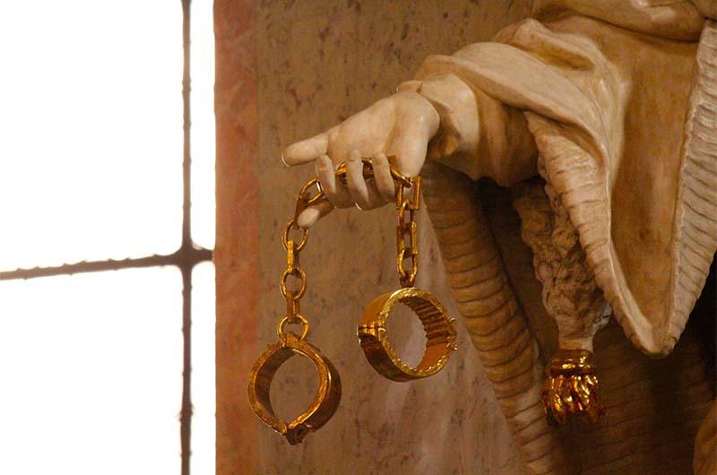 Артефакт в руках одной из статуй – оковы.