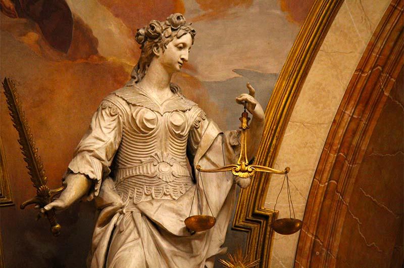 Почему-то у этой статуи правосудия не завязаны глаза.