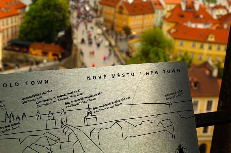 На смотровой на табличках отмечены и подписаны здания, которые видны именно с этой точки обзора.