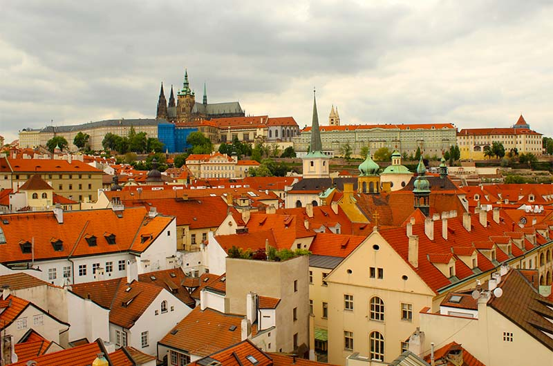 Вид на Пражский град. На самом верху отлично виден узнаваемый собор святого Вита.