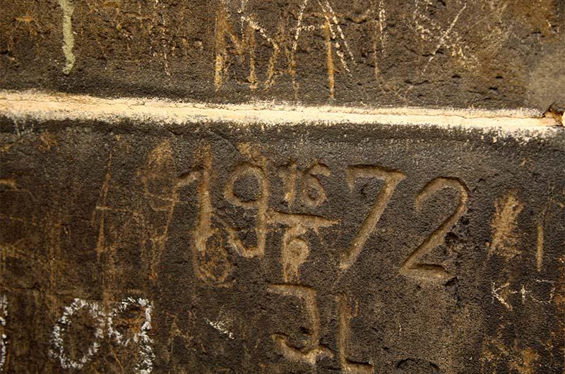 Надписи на стенах башни.