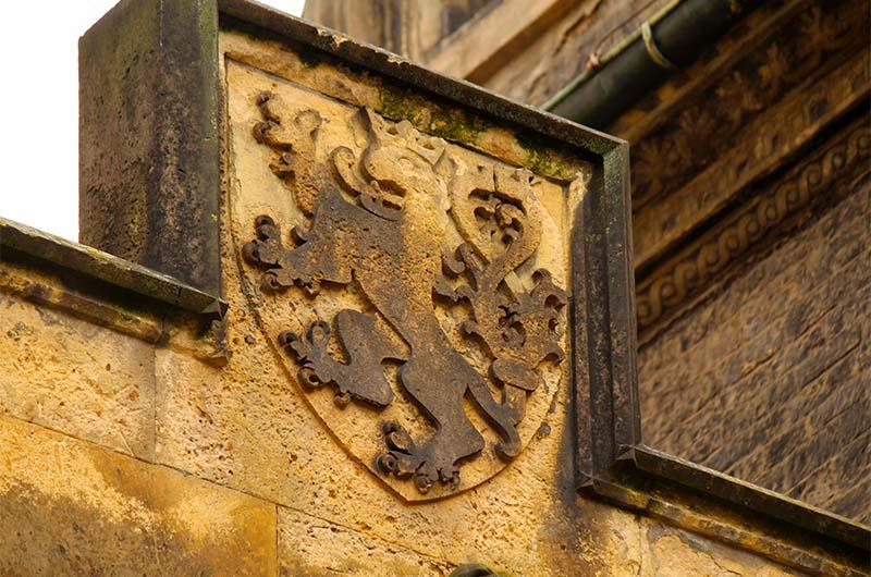 Герб над аркой между башнями. Вот примерно отсюда упал камень на несчастного рыцаря и убил его.