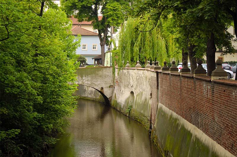 Остров отделен от большой земли с одной стороны рекой Влтавой, а с другой –  искусственным каналом, который называют Чертов поток.