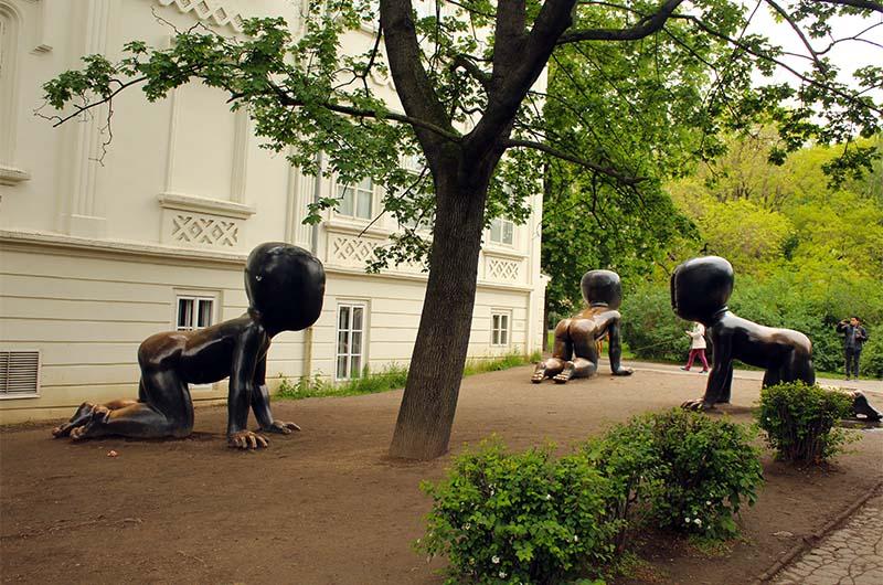 Слегка жутковатые «Младенцы» Давида Черны. Находятся слева от музея на Кампе.