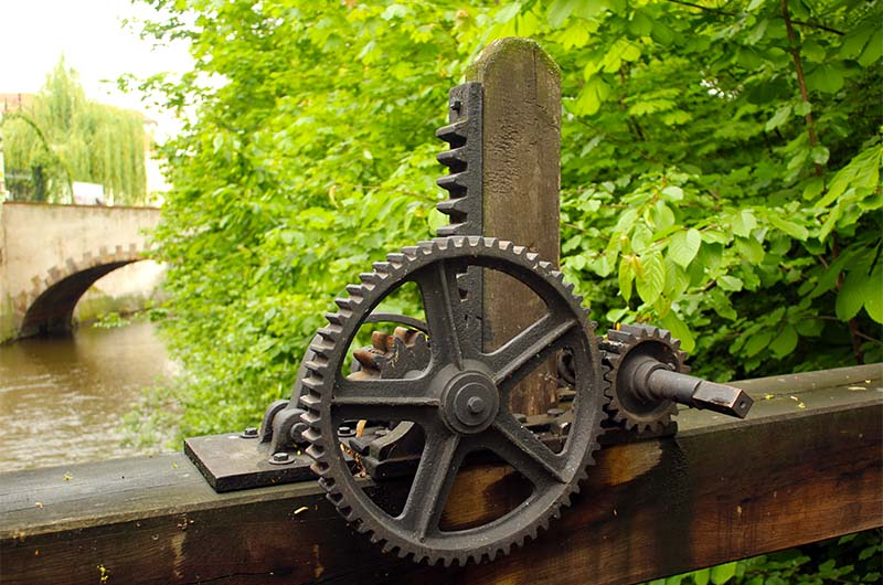 Механизм около второй водяной мельницы. С его помощью можно регулировать количество воды, которое падает на лопасти колеса.